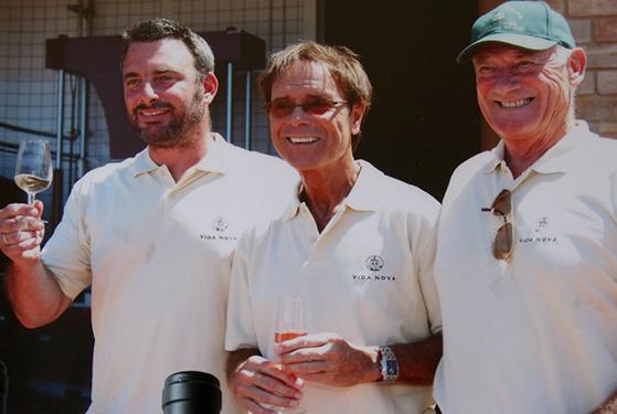 FET_Liebhaverboligen_Rejsereportage_Algarve_Cliff smager sin egen vin. Til højre hans partner Nigel Birch