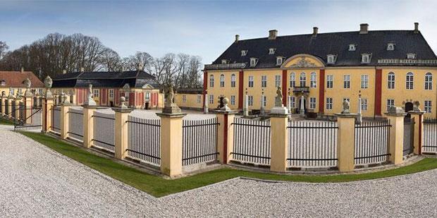 Udadvendt slot med restaureret barokhave
