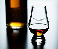 CAT_FaryLochan_Whisky_Flaske-sløret-med-glas