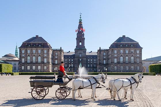 FET_Slotsholmen_Christiansborg_Slot_fra_Ridebanen_med_karet_foto_Mikkel_Groenlund