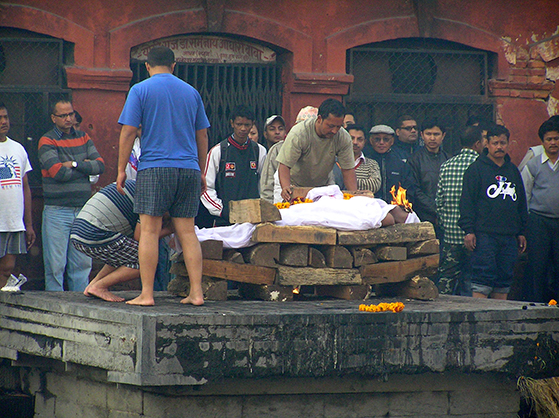 FET_Nepal_en-søn-tænder-ilden-ved-sin-fars-kremering.
