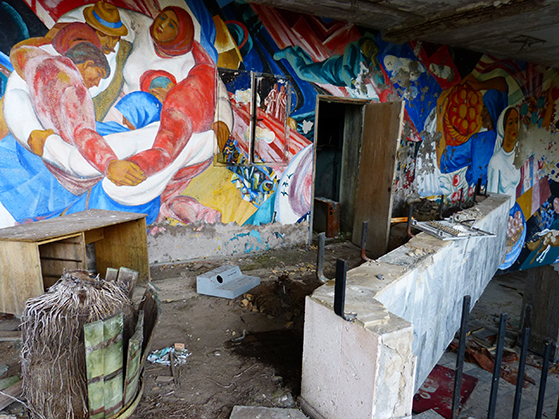 FET_Tjernobyl_Fra-den-tidligere-festsal.-Fine-malerier-på-væggene