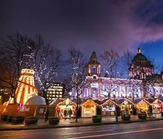 CAT_Belfast_Julmarkedet-går-hele-vejen-rundt-om-byens-smukke-rådhus