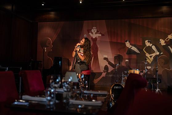 FET_Belfast_Berts-Bar-tilbyder-lækker-jazz-og-rød-plys