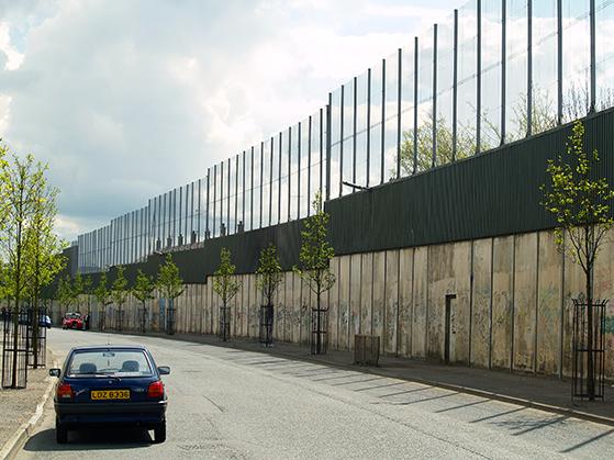 FET_Belfast_Fredsmure'-skilte-i-sin-tid-katolske-kvarterer-fra-protestantiske.-Murerne-er-her-stadig.