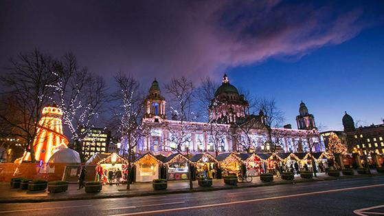FET_Belfast_Julmarkedet-går-hele-vejen-rundt-om-byens-smukke-rådhus