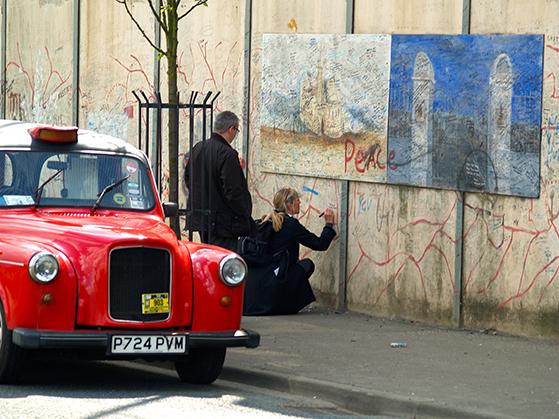 FET_Belfast_På-'Black-Taxi-tur-i-byens.-her-dog-i-en-rød-taxi.-På-'Fredsmurererne-skrev-og-skriver-folk-stadig-budskaber-om-fred.