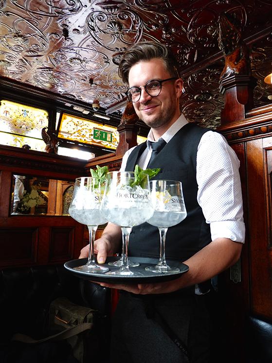 FET_Belfast_På-gin-tur-i-Belfast´s-ældste-pub,-The-Crown-