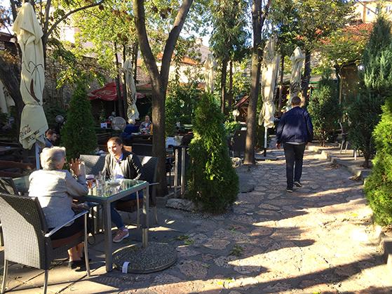 FET_Sarajevo_Bag-de-små-bazargader-skjuler-sig-store,-skyggefulde-gårde-med-restauranter