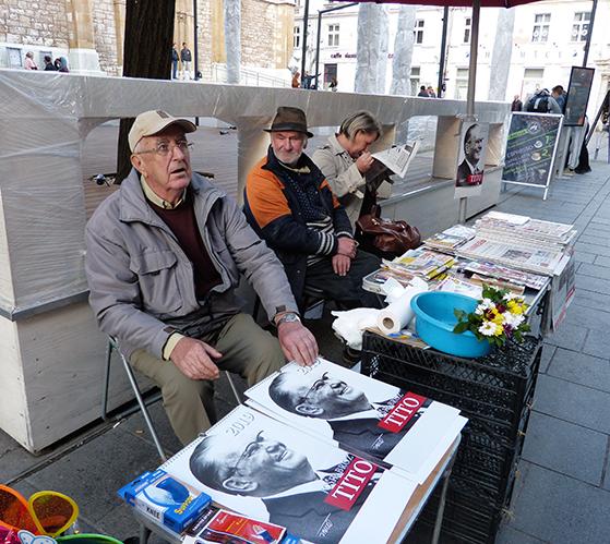 FET_Sarajevo_Tito-nostalgien-trives-i-bedste-velgående.-her-ældre-mænd,-som-sælger-en-kalender-med-helte-agtige-fotos-af-Joseph-Tito