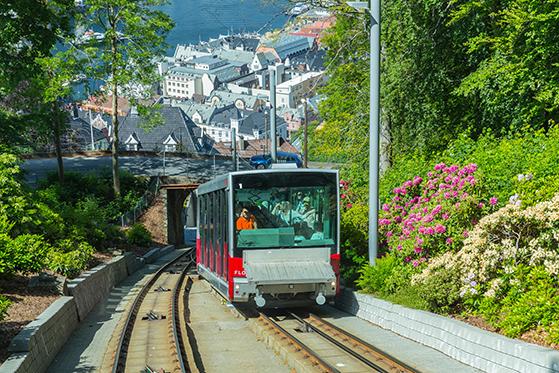 FET_Hele-to-kabelbaner---midt-i-centrum---kører-op-ad-Bergens-smukke-fjelde.-Foto-Bergen-Reiselivslag-