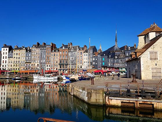 FET_Rejsereportage_etratat_Honfleur-er-en-af-Frankrigs-mest-romantiske-byer.-Med-kanaler,-massevis-af-restauranter-og-snævre-gader.