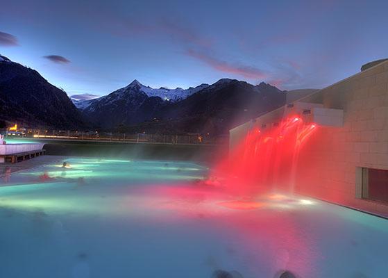 FET_Østrig_Liebhaverboligen_rejser_Skiferie_Den opvarmede udendørs pool i Tauern Spa. Udsigten til bjergene er formidabel.