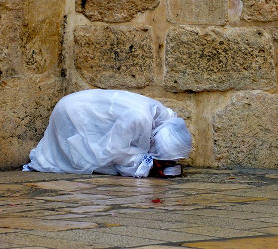 FET_En etiopisk kristen pige i dyb bøn ved Den hellige Gravs Kirke i Jerusalem 2