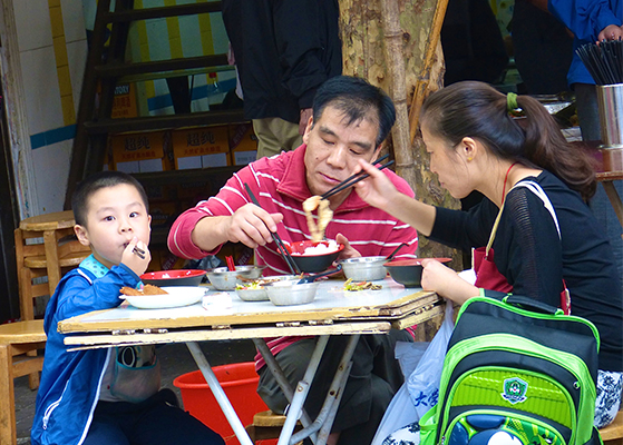 FET_Rejsereportage_Kina_TFamilie i et af Shanghais gamle kvarterer