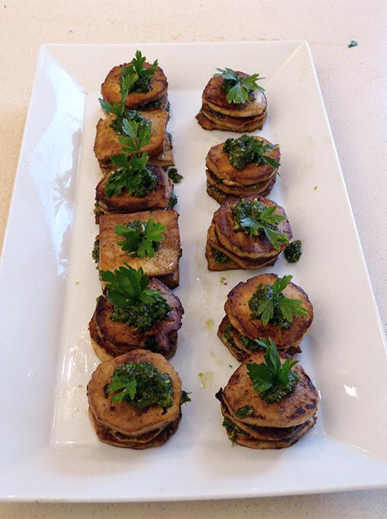 FET_Rejsereportage_Ibiza_Retreat_Detox_Ophold_Det ligner almindelig mad, men er marineret tofu med lag af pesto