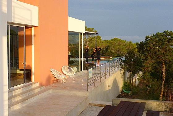 FET_Rejsereportage_Ibiza_Retreat_Detox_Ophold_Morgen-yoga på terassen