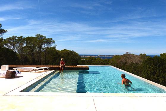 FET_Rejsereportage_Ibiza_Retreat_Detox_Ophold_Rene, enkle linjer og den kølende swimming-pool, når der laves ingenting...