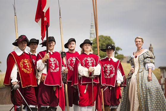 FET_Kronborg_Slotte_i_Nordsjælland_Soldater_og_kvinde_foto_claudia_brix