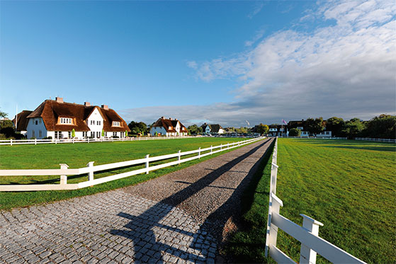 FET_Rejsereportage_Sommerliv_Sylt_Benen-Diken-Hof-Hofauffahrt_©Benen-Diken-Hof