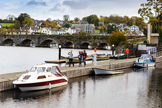 FET_rejseguide_Irland_Friends_on_jetty_1_Killaloe_Ballina-L