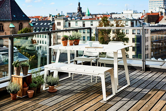 FET_Havemøbler_100Copenhagen_table_bench_city_white_roofterrace_2-1600px
