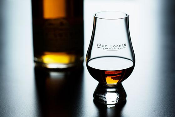 FET_FaryLochan_Whisky_Flaske-sløret-med-glas