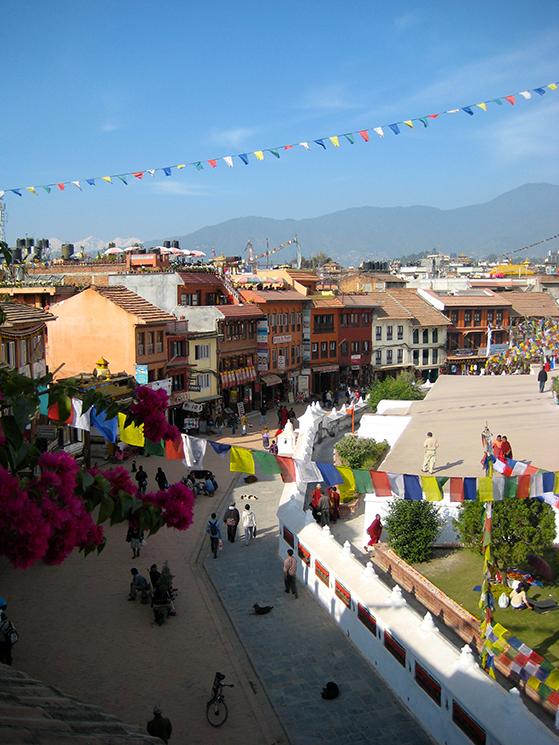 FET_Nepal_Rundt-om-Bodhnat-stupaen-er-der-hyggelige-restauranter-og-souvenirbutikker.-Og-ikke-mindst-et-mageløst-folkeliv-at-studere.