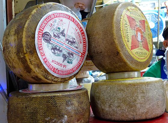 FET_Sardinien_rejsereportage_På-markedet-San-Benedetto-i-Cagliari-kan-man-købe-alt-i-lokalt-producerede-oste,-vine-og-fisk