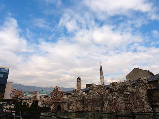 FET_Sarajevo_En-minaret,-et-kirketårn-og-taget-på-en-synagoge.-Side-og-side-tæt-beliggende-i-Sarajevos-gamle-kvarter-Bascarsija
