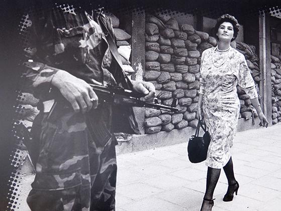 FET_Sarajevo_Trods-belejring-i-årevis-og-meget-dystert-liv-under-brogerkrigen-bevarede-sarajevos-kvinder-deres-håb-og-stolthed.-Bemærk-de-høje-hæle.-