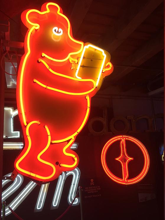 FET_Neon-reklameskiltet-med-Peter-Plys-skulle-signalere-at-der-var-legetøjsbutikker-i-nærheden
