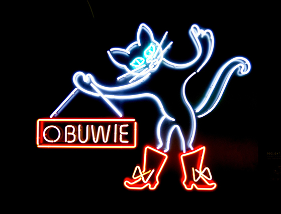 FET_Obuwie-betyder-sko-på-polsk,-og-neon-katten-her-reklamerer-for-byens-skobutikker