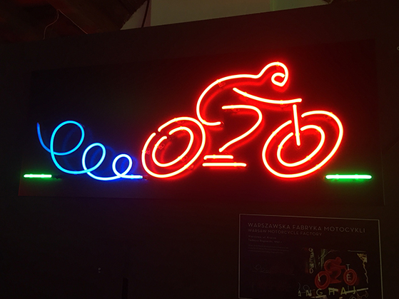 FET_Reklame-i-kommercielt-forstand-måtte-neonskiltene-ikke-udtrykke-under-kommunisttiden--Warszawa.-Så-skiltet-her-skal-ses-som-'forbrugeroplysning'-om,-at-der-er-en-cykelhandler-i-nærheden.