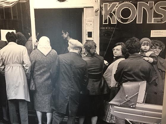 FET_Warszawa-1981.-Folk-i-lange-køer-foran-næsten-tomme-butikker.-Billede-fra-PRL-museet