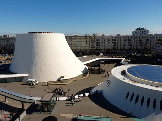 FET_Rejsereportage_etratat_Le-Volcan-med-efterkrigstidens-beton-lejligheder-i-baggrunden