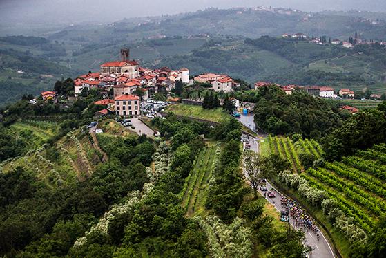 FET_Slovenien_Smartno-i-vinområdet-Goriska-Brda-ligger-med-udsigt-over-vinmarkerne